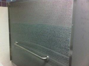 Harry Potter knygos pirmas skyrius mokykliniame tualete ant sienos