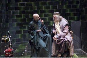 -Dumledorai, juk taip seniai buvom susitikę. Kas  naujesnio? -Liūdni reikalai, Voldemortai, moksleiviai vis labaiu tingi, vis mažiau mokosi. Lietuvių kalbos egzamino neišlaikė 12 procentų abiturientų -Tu rimtai?